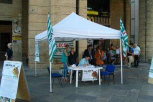 """Prima tappa a Lecce dello sportello itinerante della Fiba Cisl di Lecce per l'iniziativa: """"Firma anche tu – un tetto agli stipendi dei top manager"""""""