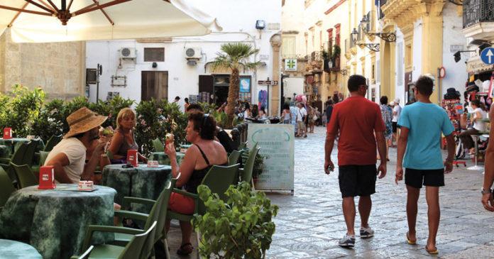 """Analisi delle retribuzioni dei lavoratori dipendenti del settore turistico. Tarantini: """"I lavoratori qualificati ci sono ma preferiscono andare altrove. Inaccettabili 5 euro l'ora"""""""